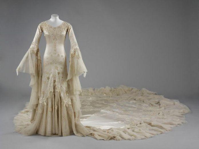 Robe de mariée en satin de soie, conçu par Norman Hartnell, 1933, donné et porté par Margaret, duchesse d'Argyll. © Victoria and Albert Museum, Londres